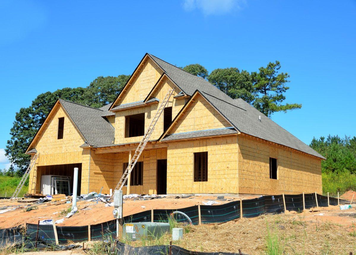 Zgodnie z aktualnymi kodeksami świeżo stawiane domy muszą być oszczędne.